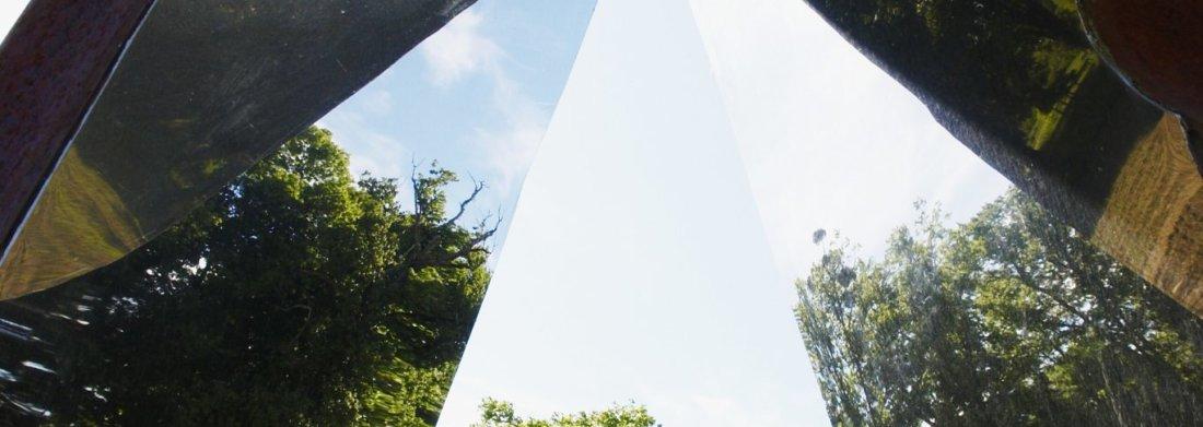 Sculpture avec effet miroir exposée dans les jardins du Château