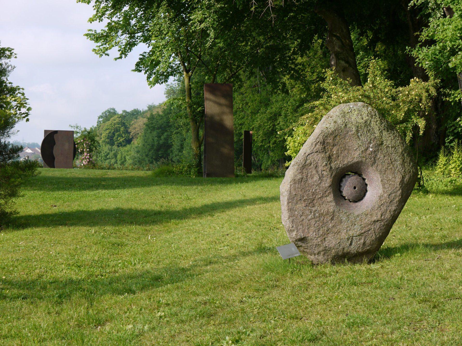 Sculpture ronde de Beat Kohlbrenner dans un des jardins du Château