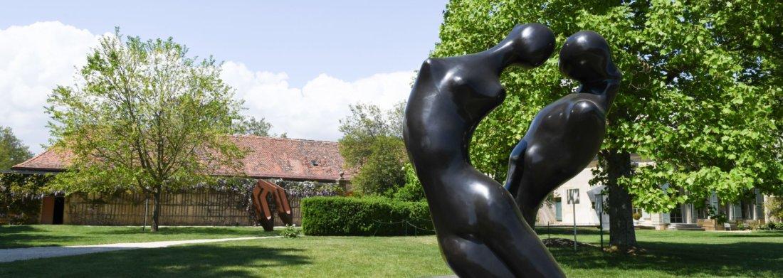 Oeuvre de Manuel Carbonell dans les jardins du Château de Vullierens.