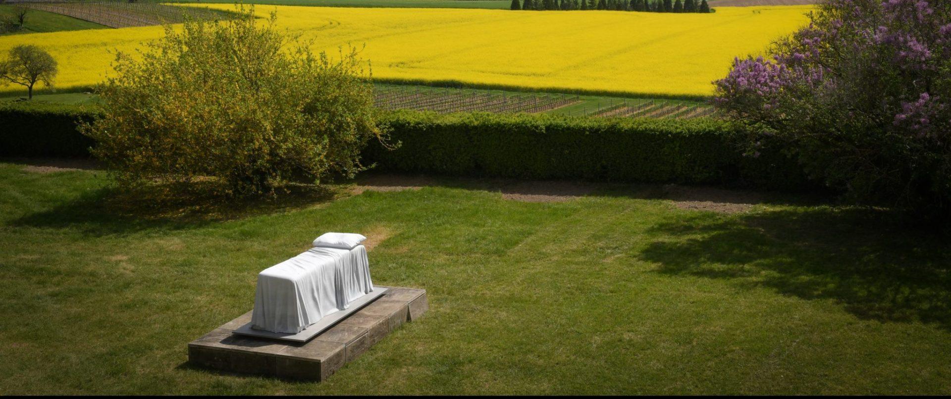 Sculpture en forme de lit exposée sur la terrasse du château