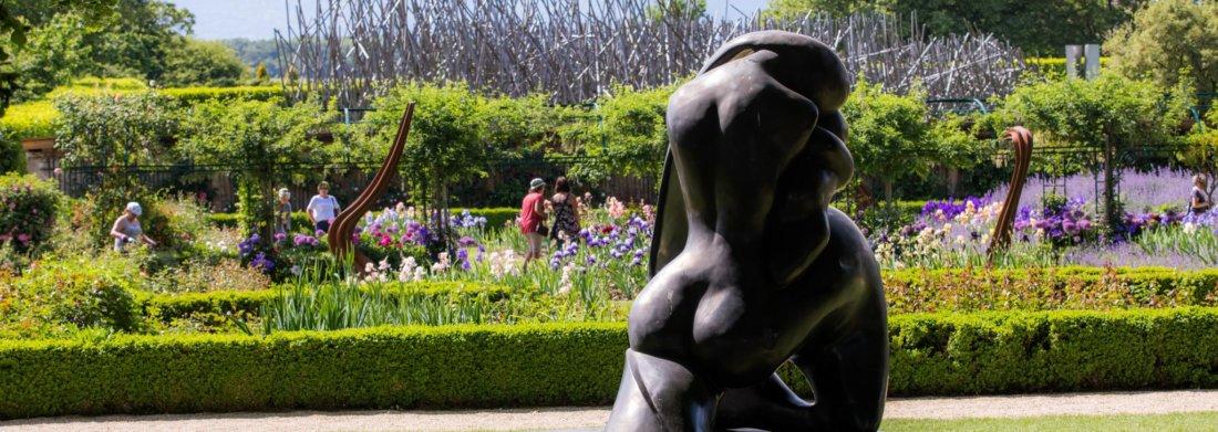 Sculpture de Manuel Carbonell avec le jardin de Doreen en arrière fond.