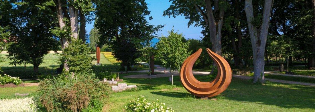 Sculpture d'Herbert Mehler dans les jardins du Château de Vullierens.