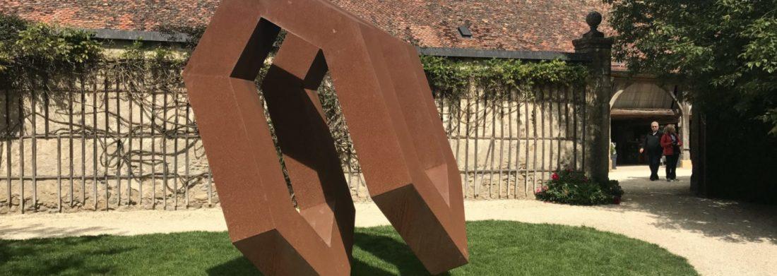 Sculpture de Pokorny à l'entrée des jardins.