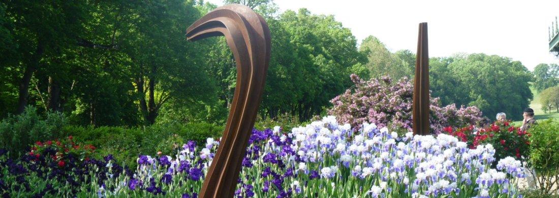 Sculpture d'Herbert Mehler entourée d'iris.