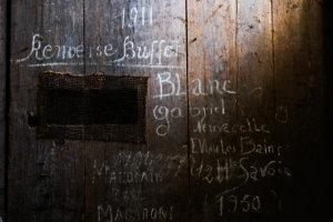 inscription sur les tonneaux dans la cave du château