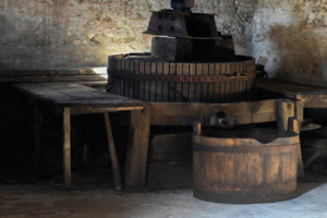 pressoir dans la cave historique du château de Vullierens