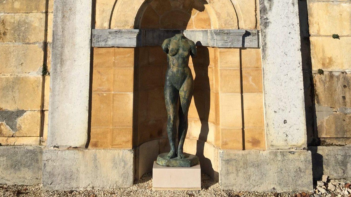 Sculpture de l'artiste Georges Coulon exposée sur la terrasse du Château.