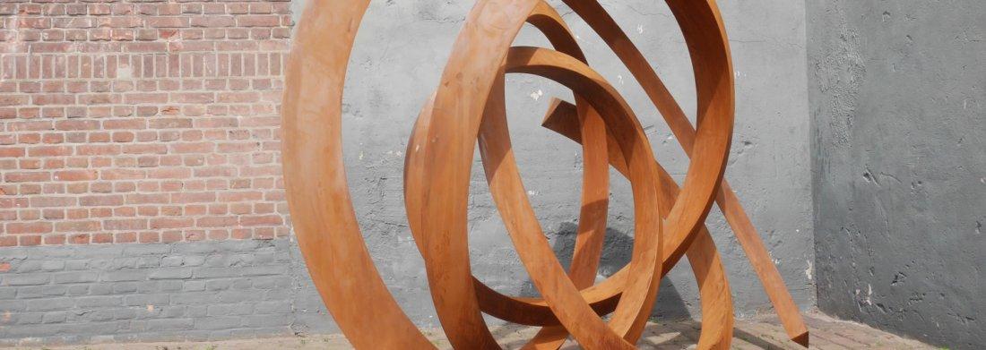 Sculpture rimpelende weerspiegeling de Pieter Obels en acier corten.