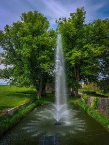 Les deux fontaines sur les douves du Château de Vullierens.