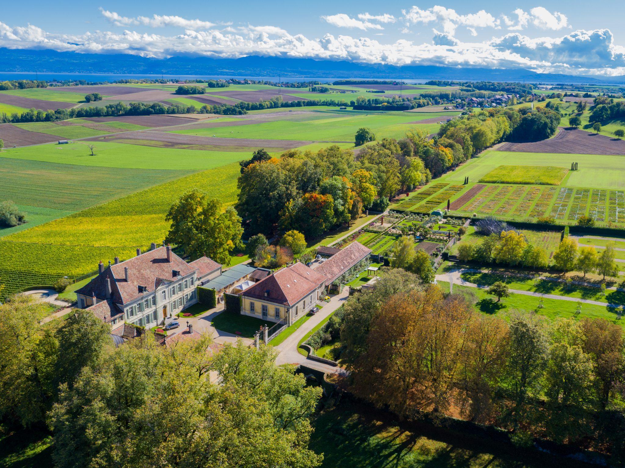 Vue aérienne du Château de Vullierens aux couleures automnales.