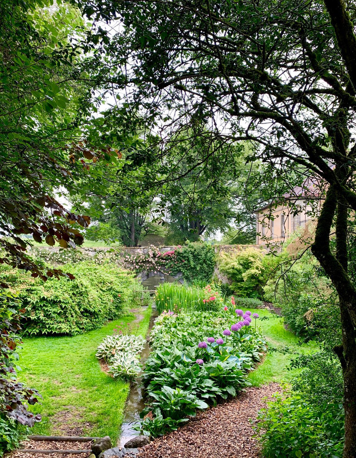 Atmosphère fleurie dans le jardin secret.