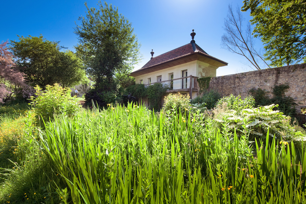 Maisonnette blanche du jardin secret.