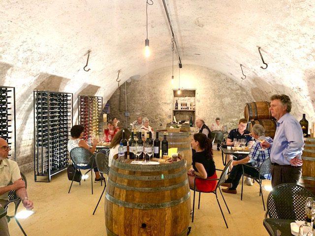 Dégustation de vin dans la cave privée du château.