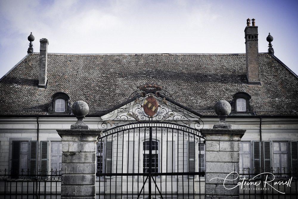 Close-up du Château de Vullierens et ses armoiries.