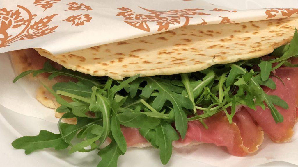 Piadina au jambon cru et salade
